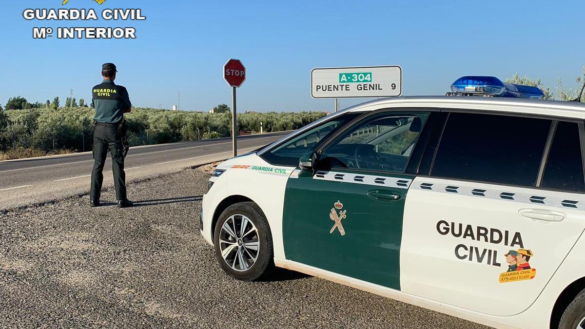 Un agente de la Guardia Civil en Puente Genil