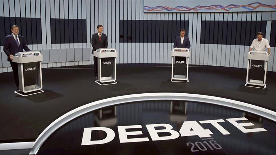El presidente del Gobierno en funciones y del PP, Mariano Rajoy (i), el líder del PSOE, Pedro Sánchez (2i), el presidente de Ciudadanos, Albert Rivera (2d), y el secretario general de Podemos, Pablo Iglesias (d), tras sus atriles momentos antes de iniciar el único debate a cuatro de la campaña electoral