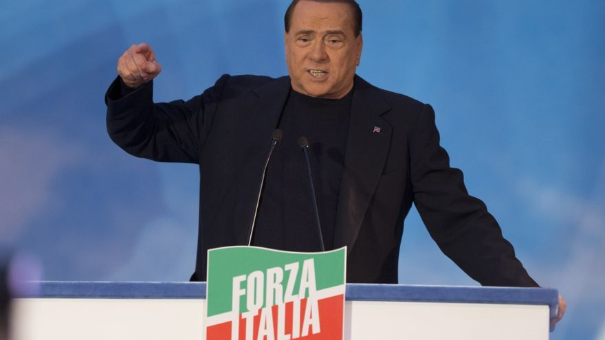 Silvio Berlusconi, center background, is framed by flags as he addresses supporters in Rome, Wednesday, Nov. 27, 2013. Rome, Italia / Andrew Medichini / AP Photo
