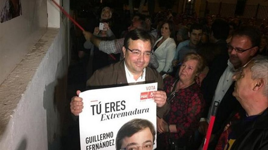 Guillermo Fernández Vara, en la tradicional pegada de carteles en la sede local del PSOE en Mérida / PSOE