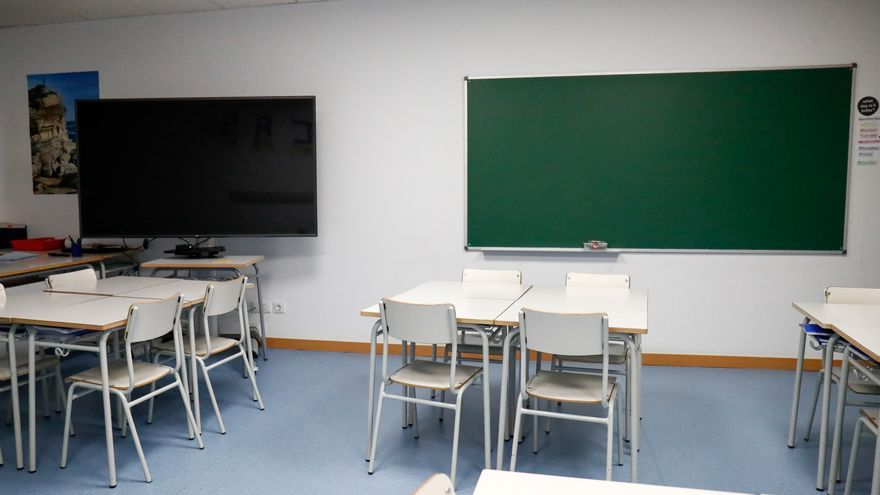 Sillas y mesas de un aula vacía del colegio Nobelis de Valdemoro (Madrid).