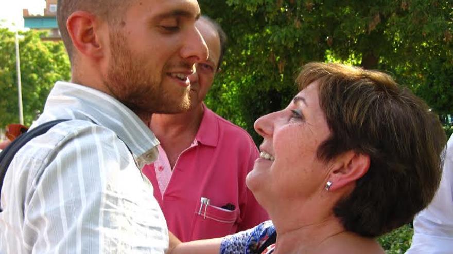 Carlos Cano se despide de su madre justo antes de entrar en prisión /FOTO: Acampada de Granada