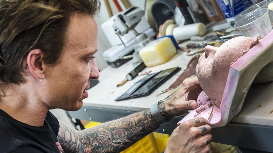 Matt McMullen, en su estudio de California diseñando el rostro de una de sus muñecas (Imagen: Abbys Creations)