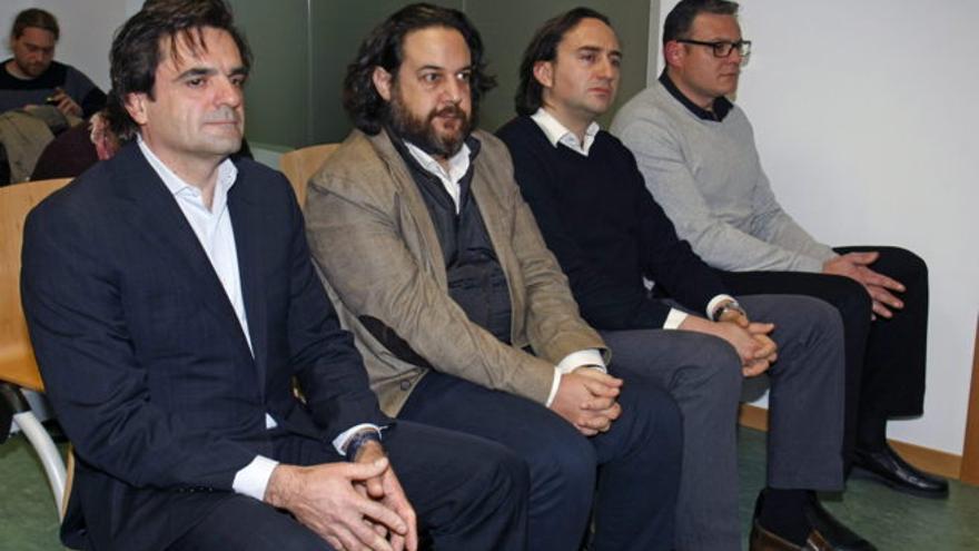 El ex concejal del PP, Francisco Tomás Sánchez Luna, a la izquierda, en el juicio con otros tres acusados.