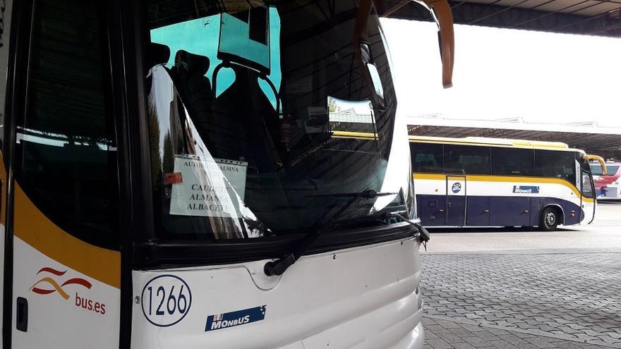 Uno de los vehículos de Monbus en la Estación de Autobuses de Albacete.