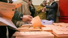 """Un presidente de mesa electoral se jacta de """"no permitir votar"""" a un supuesto apoderado de Unidas Podemos que finalmente votó"""