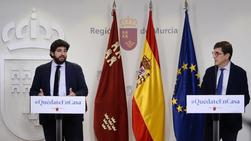 El presidente murciano, Fernando López Miras, junto al consejero de Salud, Manuel Villegas, en su comparecencia este viernes