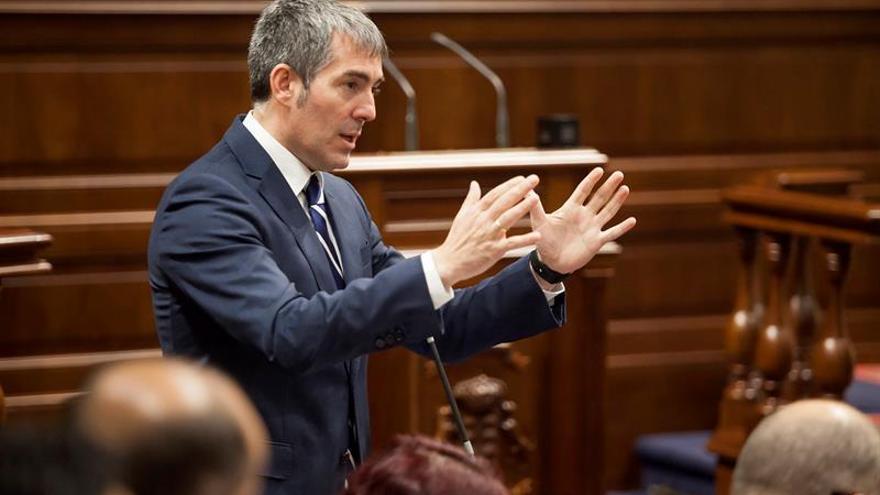 El presidente del Gobierno de Canarias, Fernando Clavijo, interviene en el Pleno del Parlamento de Canarias celebrado en Santa Cruz de Tenerife. EFE/Ramón de la Rocha
