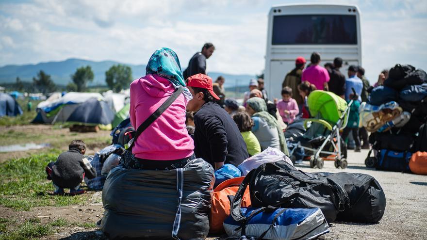 Autobuses llevandose refugiados desde Idomeni a campos oficiales