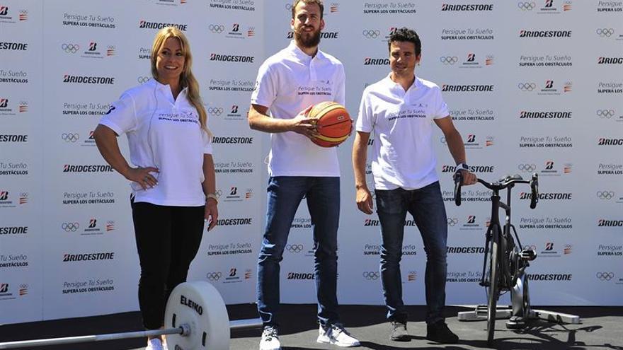 De izquierda a derecha: Lidia Valentín, Sergio Rodríguez y Javier Gómez Noya durante la presentación de la campaña 'Persigue tu sueño, supera los obstáculos', de la marca Bridgestone, que ha tenido lugar este miércoles en Madrid. EFE/Diego Perez Cabeza