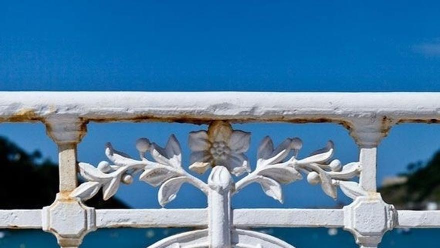 Ayuntamiento de San Sebastián dona 100 metros de barandilla de La Concha a Lepe para colocarla en la playa de La Antilla