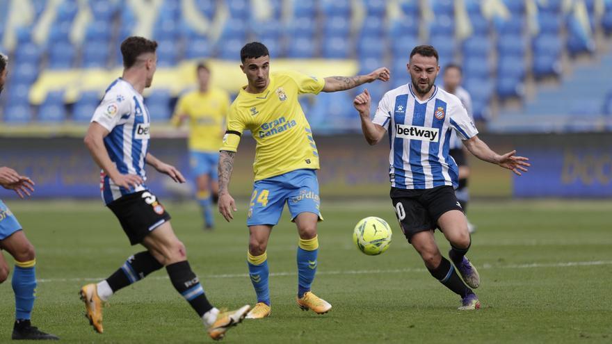 El jugador de la UD Las Palmas Rober da positivo por COVID-19 y su compañero Edu Espiau queda aislado por contacto estrecho