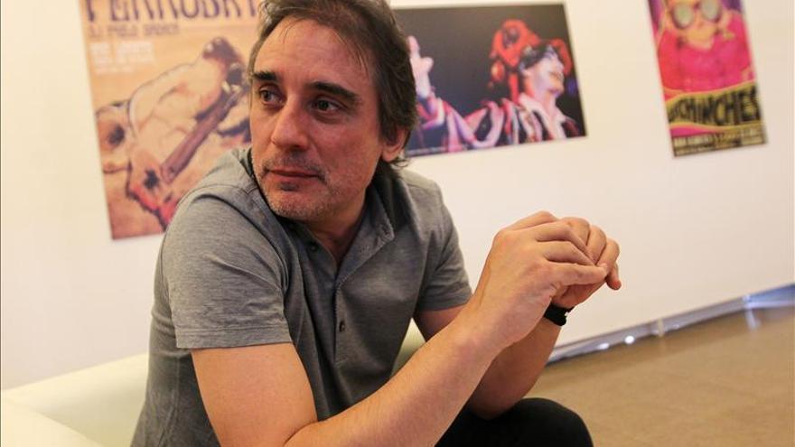 """Santi Carrillo dice que el """"pop"""" español dio la espalda al tema sociopolítico, como en Chile"""