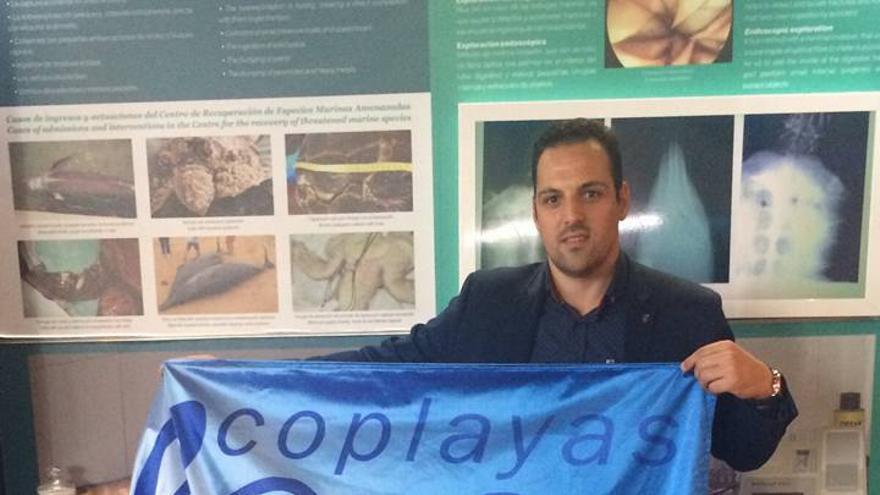 El alcalde de Breña Alta, Jonathan Felipe, con la 'Bandera Ecoplaya 2016' concedida a la playa de Bajamar.