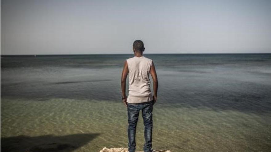 Una persona mira hacia el mar