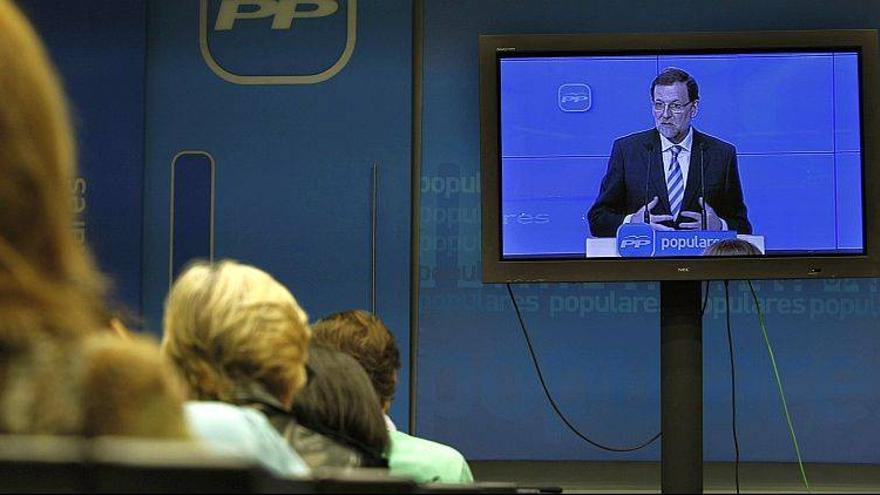 Rajoy, 'compareciendo' ante los medios a través de un plasma.