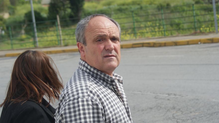 Valentín Lasarte firma en el cuartel de la Guardia Civil de Lodosa (Navarra) durante su primer permiso