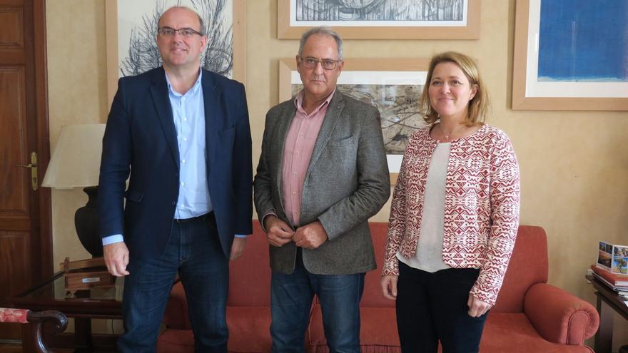 Elías Castro (c), con el presidente del Cabildo de La Palma, Anselmo Pestana, y la consejera insular de Turismo, Alicia Vanoostende.