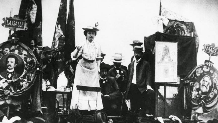 Rosa Luxemburgo en un mítin en Berlín
