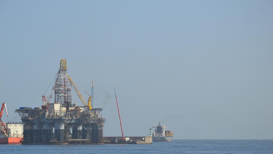 Plataforma petrolífera en el Puerto de La Luz y de Las Palmas.