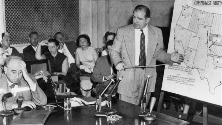 El senador Joe McCarthy (izq.), cuya práctica de hostigar a individuos de tendencia de izquierda contribuyeron al segundo Temor rojo en EEUU.