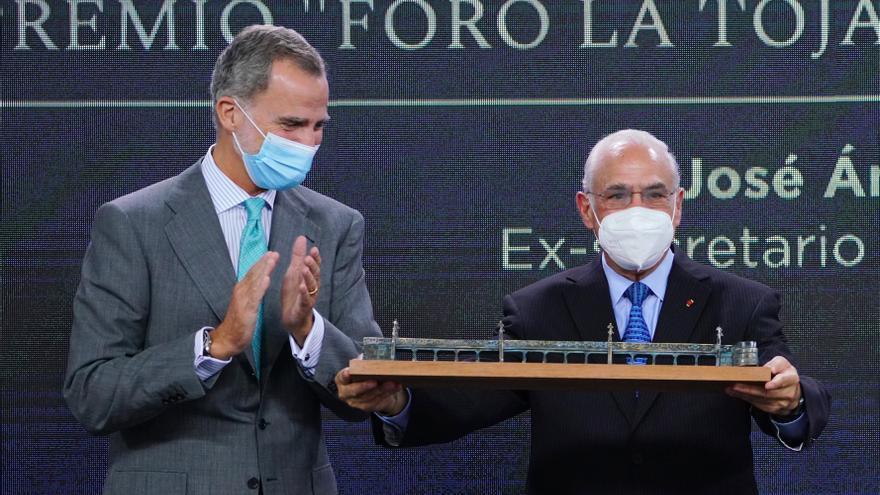 El Rey Felipe VI entrega el premio Vínculo Atlántico al ex secretario general de la OCDE Ángel Gurría en la inauguración del III Foro La Toja-Vínculo Atlántico