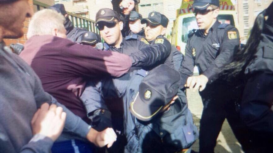 Carga policial contra los manifestantes que intentan evitar que sacrifiquen a Excalibur, el perro de la enferma por ébola.