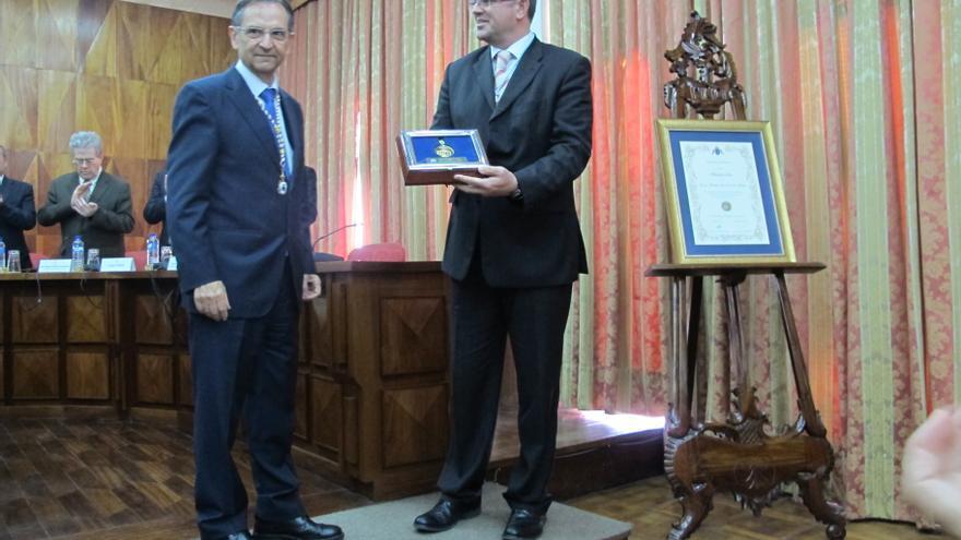 Antonio Castro y Anselmo Pestana en el acto de entrega de la Medalla de Oro.