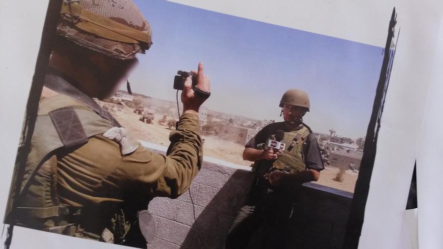 Un periodista en la ofensiva israelí sobre Gaza del verano pasado, con un soldado que hace la función de cámara. / Ana Garralda.