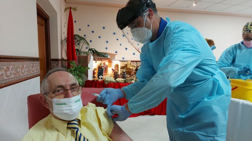 Manuel Prieto recibe la primera vacuna contra la Covid en Córdoba  JUNTA DE ANDALUCÍA