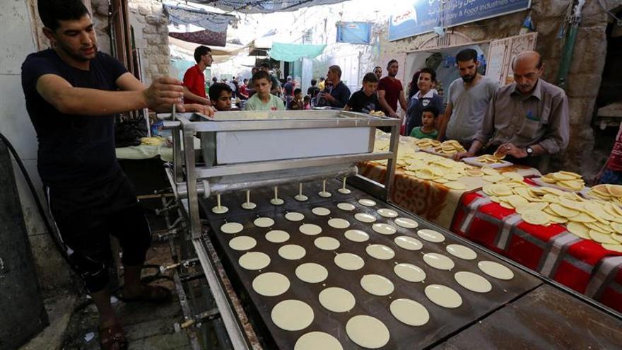 Cena de fin de ayuno de Ramadán junta a palestinos y colonos en Cisjordania