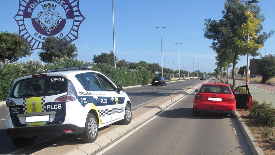 El Audi A3, en el bordillo lateral de la circunvalación de Castellón