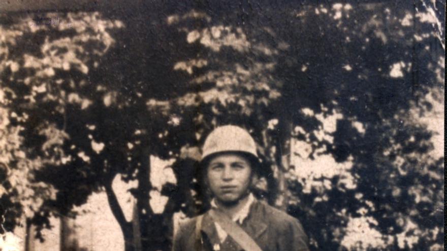 Julio Vázquez Gutiérrez posa con su uniforme de miliciano en el verano de 1936.