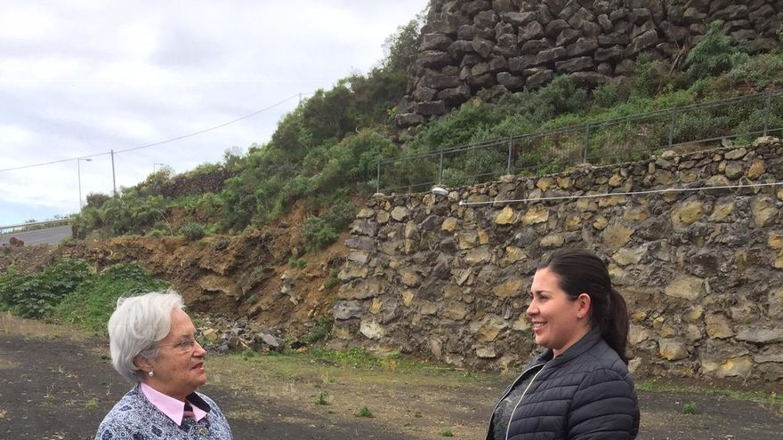María Victoria Hernández, diputada del grupo Socialista del Paralmentojunto a la portavoz del PSOE en Villa de Mazo, Goretti Pérez Corujo, en el solar del futuro centro de setas.