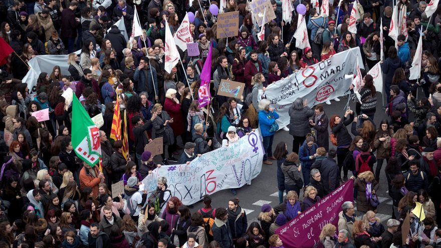 """La manifestación feminista recorre Barcelona bajo el lema """"Paramos para cambiarlo todo""""."""