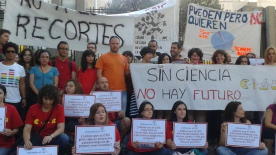 Concentración de investigadores a las puertas del Ministerio de Economía.