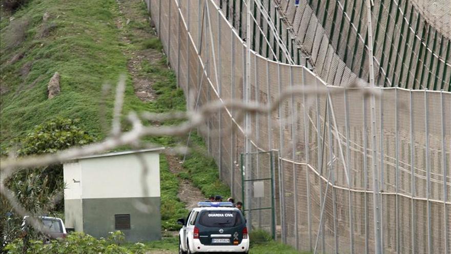 Decenas de inmigrantes entran en Melilla en dos asaltos casi simultáneos