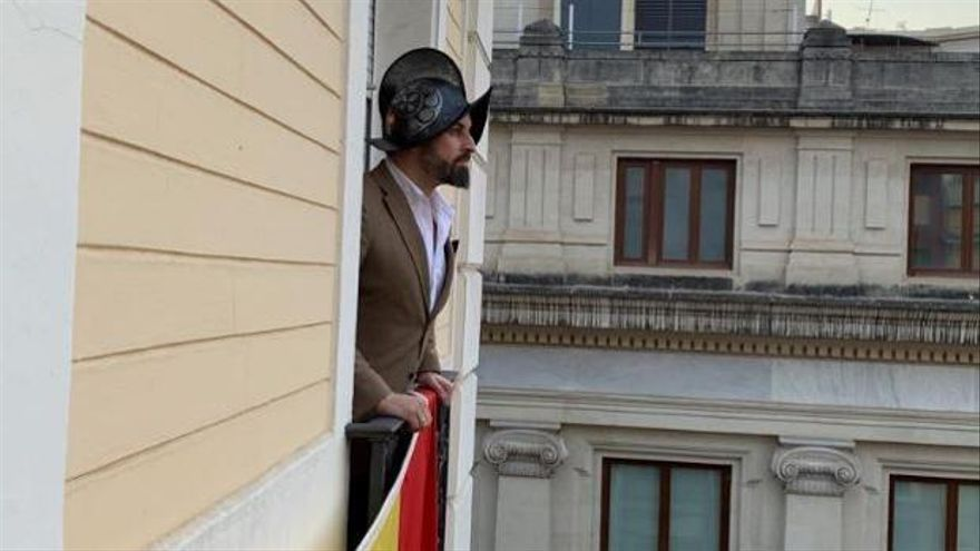 Abascal intenta rendir tributo a la Reconquista con un casco de otra época