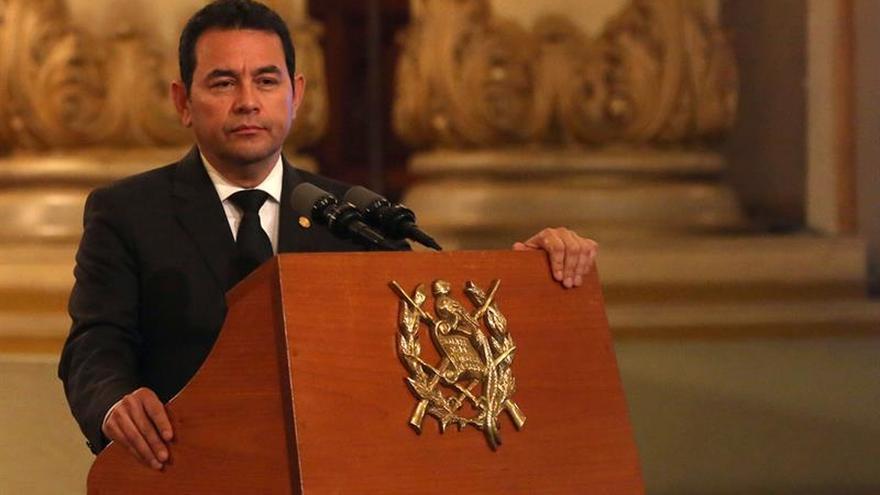 El presidente de Guatemala abandona un acto público por sentirse indispuesto