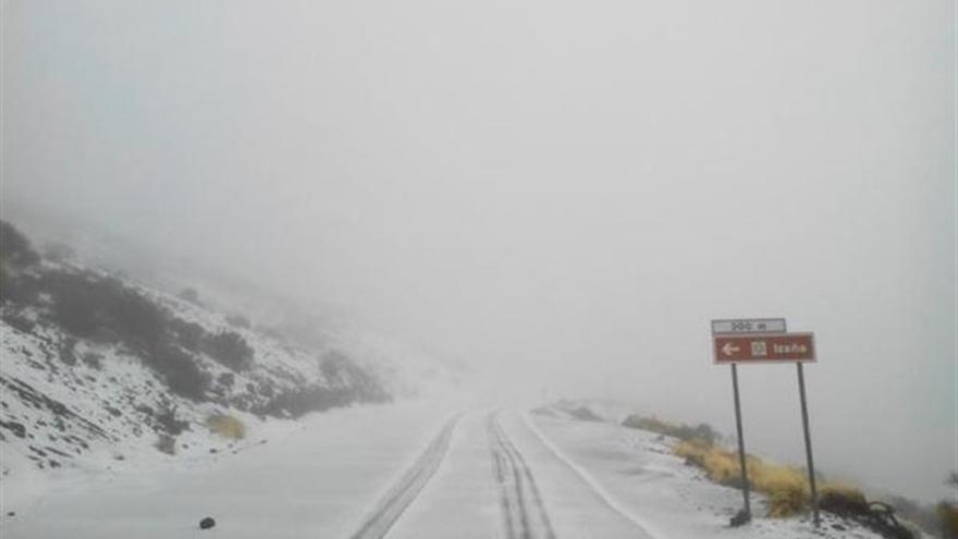 Nieve en los accesos al Teide. (CABILDO DE TENERIFE)