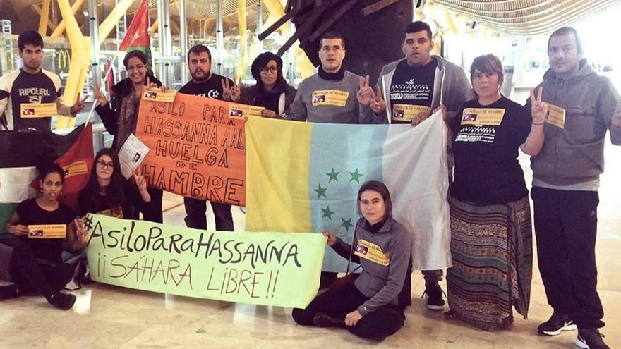 Los once activistas que protagonizan la huelga de hambre en el aeropuerto madrileño.