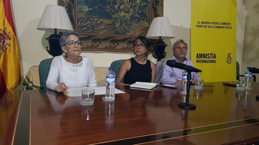 Aleida Quintana (c) durante la charla que ofreció en la Casa Salazar.