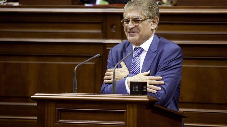 El diputado del PP y coordinador de política regional del PP en Canarias, Manuel Fernández González, se dirige a los diputados del Parlamento de Canarias para anunciar su retirada de la vida política. EFE/Ramón de la Rocha