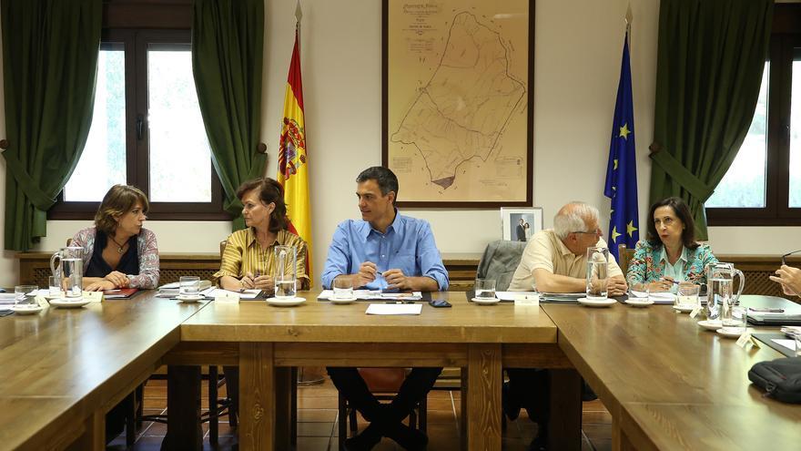 Margarita Robles y Josep Borrell conversan en una reunión informal del Consejo de Ministras en Quintos de Mora presidida por Pedro Sánchez.