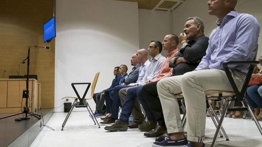 Vista del banquillo de los acusados en la sección primera de la Audiencia de Las Palmas, donde se juzga desde hoy a un subinspector y cinco agentes de la Policía Nacional en Lanzarote
