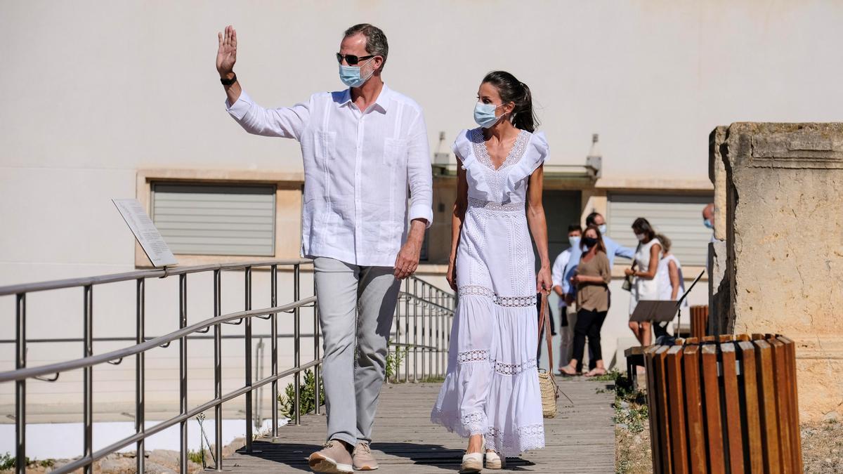 El rey Felipe VI y la reina Letizia saludan durante su visita a Ibiza este verano.
