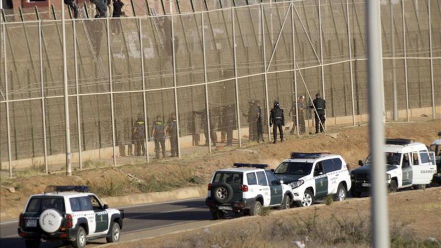La Asociación de Guardias Civiles dice que los agentes cumplen la normativa en la valla de Melilla