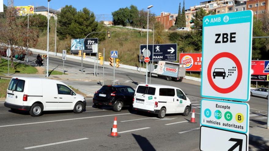 Carteles que advierten de la Zona de Bajas Emisiones de Barcelona, durante su instalación