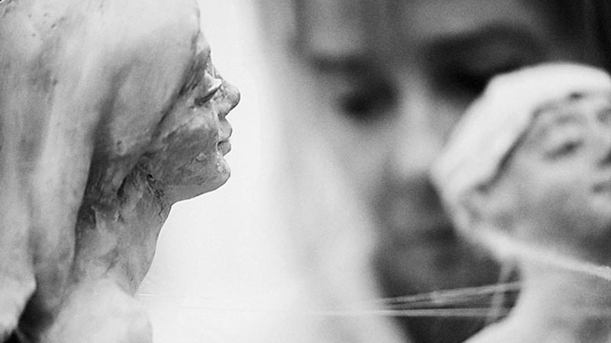 La escultora María Gómez presenta en el Hotel Las Arenas su serie de obras en torno a la sensualidad del tejido y la piel.