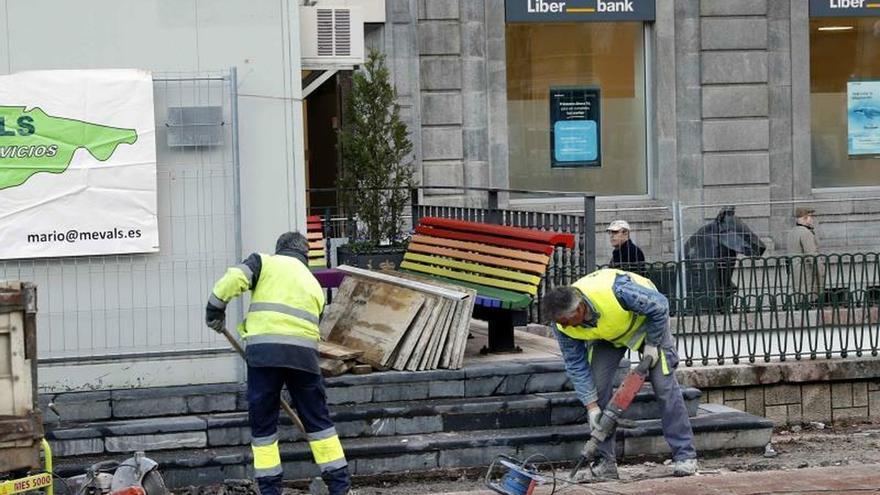 El Ayuntamiento de Oviedo ha iniciado este lunes la retirada de los bancos arcoíris de la plaza de la Escandalera dentro de la reforma de la zona para mejorar su accesibilidad y eliminar las barreras arquitectónicas.
